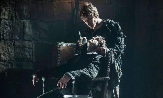 Reek, Reek, rhymes with weak: In der Rasur-Szene aus THE LION AND THE ROSE verdeutlicht sich Theons schaurige Verwandlung in Ramsays Haustier. © HBO