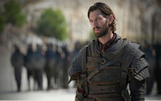 Dass bei Danys Erzählstrang die wichtigen Hauptfiguren wie etwa Daario Naharis von westlichen Schauspielern porträtiert werden, während die bösen Sklavenhändler eine arabisch-aussehende, profillose Menge bleibt, entschärft nicht gerade die Orientalismus-Kritik an der Serie. © HBO