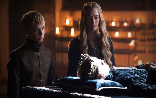 Der König ist tot, lang lebe der König! Tommen wird seinem Bruder Joffrey auf den Eisernen Thron folgen. Er scheint die richtige Gesinnung zum gerechten König zu haben – doch wird er sich nicht gegen seine Familie, vor allem seinen Großvater, durchsetzen können. © HBO