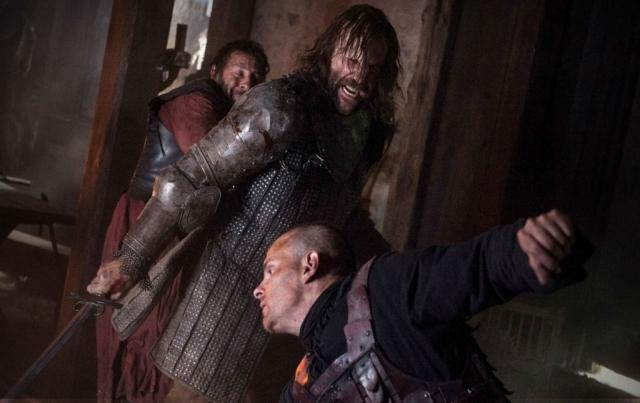 Die spannende stand-off-Situation im Wirtshaus zwischen Sandor Clegane und den Lannister-Soldaten eskaliert zum Blutbad. Im Anschluss an die Szene werden die End Credits begleitet von der eingängigen GAME OF THRONES-Titelmelodie. Steht die gewaltvolle Szene exemplarisch für die ganze Serie? © HBO