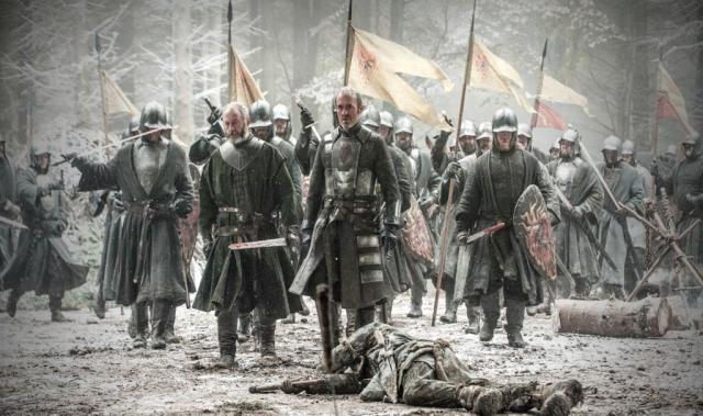 Nachgereichtes Finale: Nach der Niederlage am BLACKWATER durfte Stannis durch sein plötzliches Erscheinen den Sieg an der Mauer bringen. Ein ebenso überraschendes wie abruptes Ende für den Konflikt an der Mauer, der auch gern die vorherige Folge hätte beschließen können.