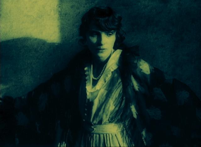 """Still aus """"Nerven"""", 1919 Medium close-up von Erna Morena als Marja Kameramann: Helmar Lerski Copyright: Filmmuseum München"""
