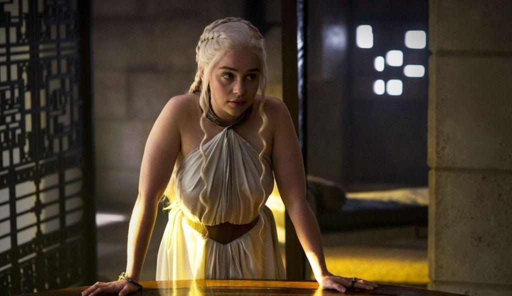 Der Small Council in King's Landing steht dem Rat an Danys Hof in Meereen diametral entgegen. Während Cersei von ihren Marionetten nur Zuspruch erwarten kann, muss sich Dany im Wirrwarr der verschiedenen wie auch gleichberechtigten Standpunkten zurechtfinden.