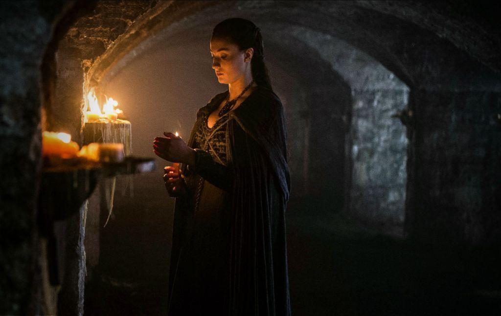 Sansa sucht in der Krypta von Winterfell die Nähe ihrer verlorenen Familie – und trifft auf ihren neuen Vertrauten Littlefinger